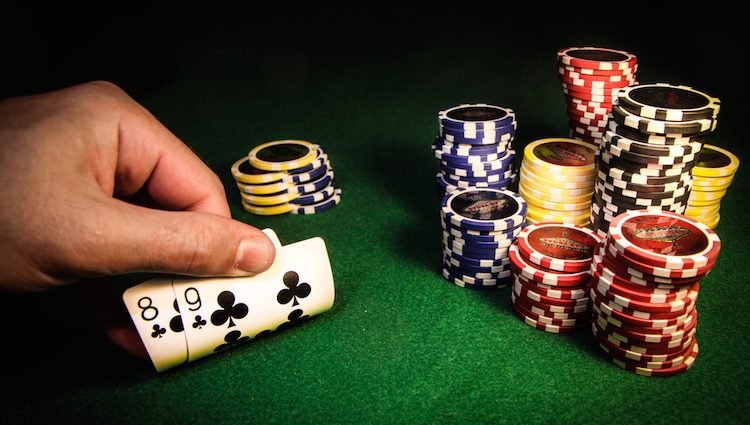 What are the considerations to select a reliable poker website?